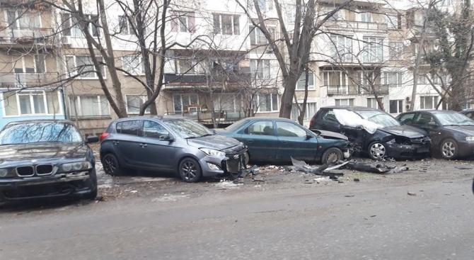 Среднощна гонка в София! Мъж потроши 7 коли в опит