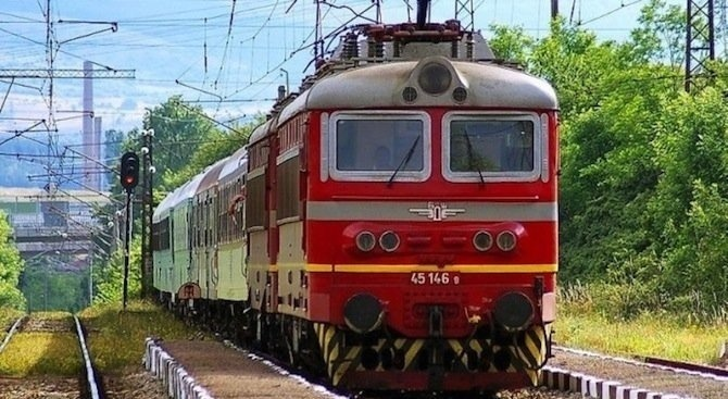 Влакът Бургас-София уби жена, седнала на релсите