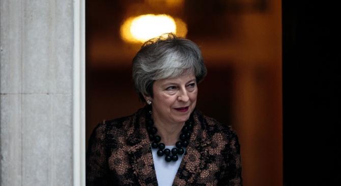 Британският премиер Тереза Мей отхвърли призивите за отлагане на излизането