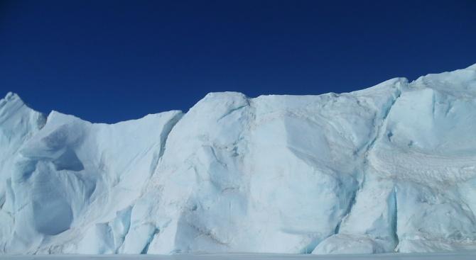 Китайски изследователски кораб се блъсна в айсберг в морето Амундсен,