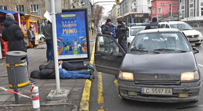 """Няколко души бяха """"натръшкани"""" на тротоара на бул. """"Васил Левски"""""""
