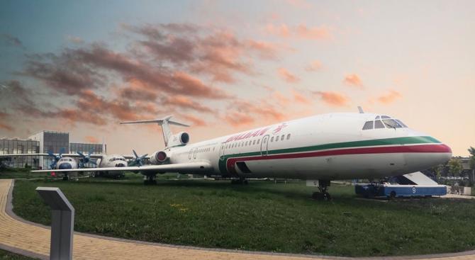 Експозицията на пътнически, селскостопански и военни самолети, разположена на открито