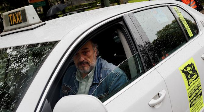 Мадрид е под бод блокада на таксиметрови шофьори. Хиляди се