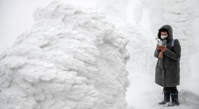 Зимна буря засипва с над половин метър сняг Северна Япония