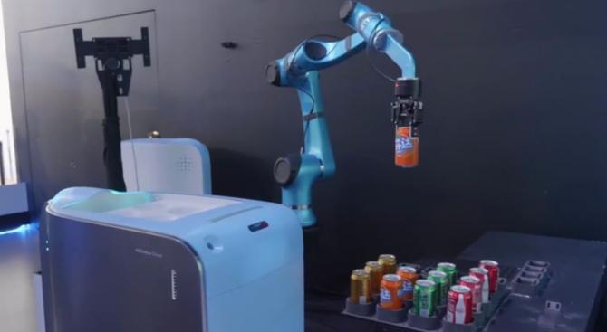 """Роботи обслужват клиентите във високотехнологичния хотел """"Флай зу"""" до централата"""