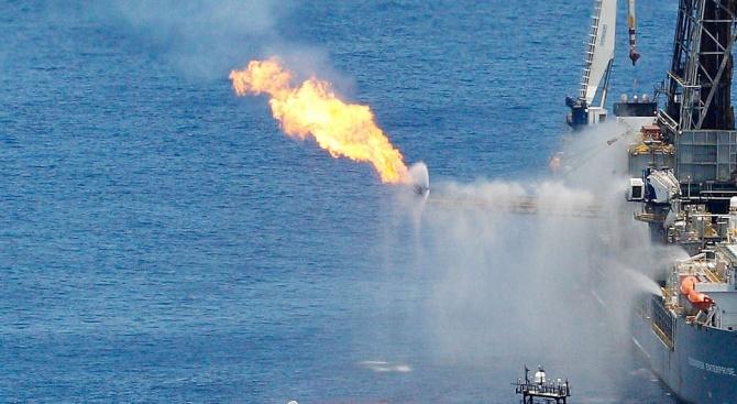 Част от единия от танкерите, които се запалиха Черно море