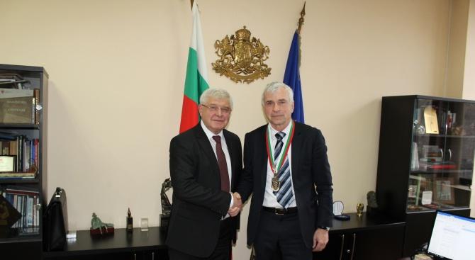 Ананиев награди проф. д-р Валтер Клепетко със Златен почетен знак на МЗ