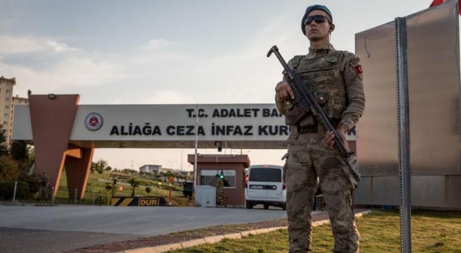 Протестиращи нахлуха в турски военен лагер в Северен Ирак и подпалиха коли