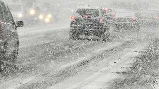 Пътната обстановка в област Смолян е усложнена, снеговалежът продължава