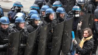 """""""Червени шалчета"""" протестираха в Париж"""