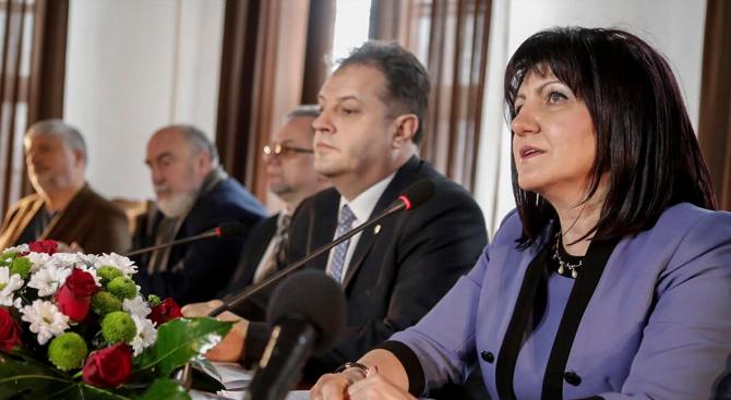 Денят, в който е приета Търновската конституция, България тръгва по своя самостоятелен път на развитие, отбеляза Караянчева