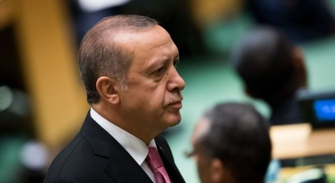 Известен турски тв водещ напусна работа след заплахи от президента Ердоган