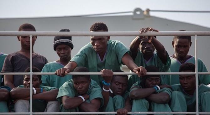 Кораб с мигранти акостира  в сицилианско  пристанище
