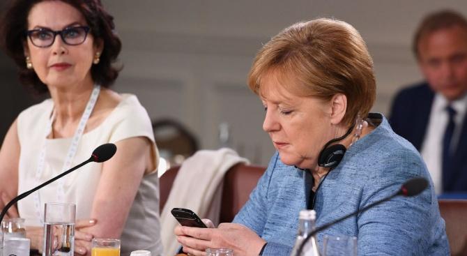 Меркел закрива страницата си във Фейсбук (видео)