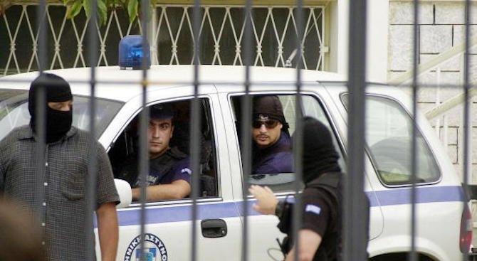 Гръцката полиция издирва двама българи за телефонни измами