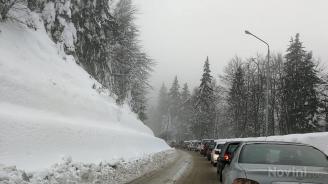 Хаосът в Пампорово продължава. Туристите спират вече директно на пътното платно (снимки)