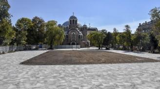 """Счупиха се част от плочките пред столичния храм """"Св. Седмочисленици"""" (снимка)"""