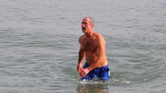 Бургазлии се къпят в морето през февруари (снимки)