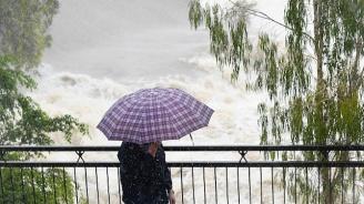 Евакуират хиляди хора заради наводненията в Австралия (видео)