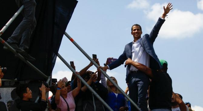 Венецуелският опозиционен лидер Хуан Гуайдо получи силна международна подкрепа вчера,