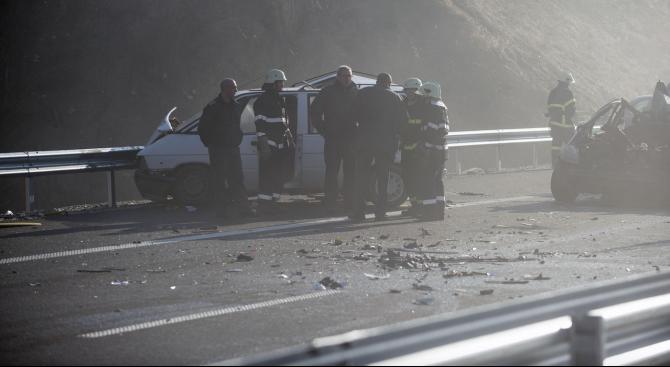 """Жестока верижна катастрофа на АМ """"Струма"""", има загинал и много ранени (обновена+видео+снимки)"""