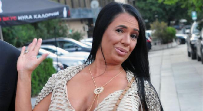 Анита Мейзер гони духа на убития си мъж с поп