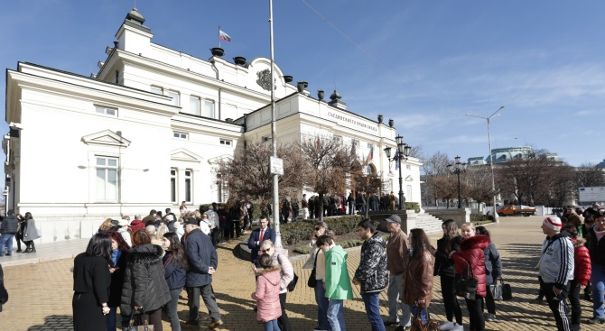 Хиляди влязоха в парламента в Деня на отворени врати(снимки)