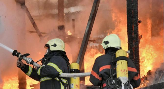 Пламна голям пожар във фабрика за месо във Войводиново