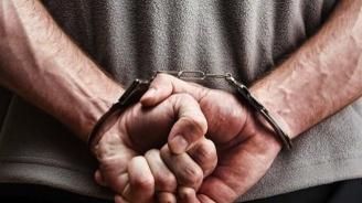 Задържаха млад мъж за притежаване на незаконно оръжие, боеприпаси и наркотици