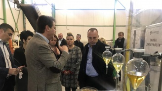 Румен Порожанов посети дестилерия за етерични масла в Добрич