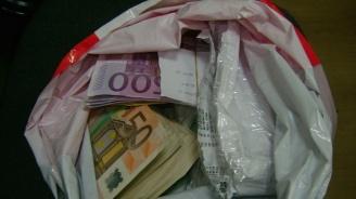 """На ГКПП """"Лесово"""" иззеха контрабандна валута за над 94 000 лева (снимки)"""