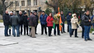Десетки изпратиха вицепрезидента Тодор Кавалджиев в последния му път (снимки)