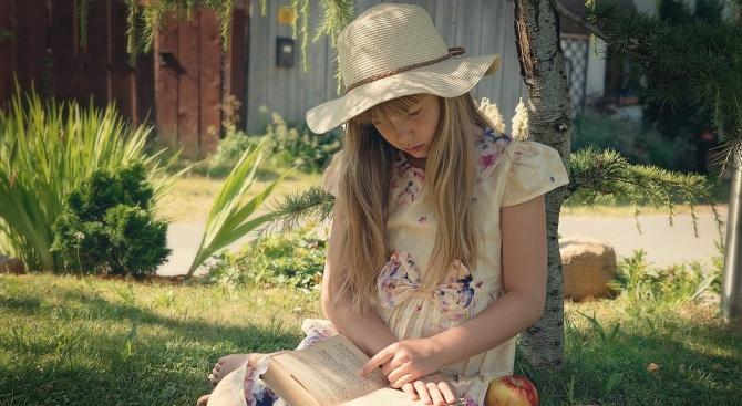 МОН възнагради 8-годишно момиче, прочело 111 книги за една година
