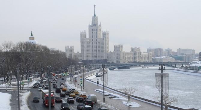 Силен снеговалеж предизвика задръствания и катастрофи в Москва (снимка)