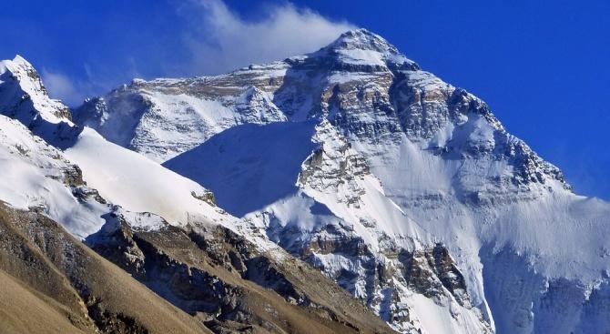 Китай затвори за почистване базов лагер на Еверест