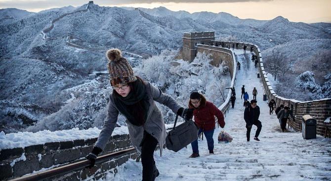 Поради заледяване и падналите снегове участъците от Великата китайска стена,