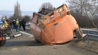 """Камион се обърна на """"Хемус"""", затвориха част от магистралата край Варна (снимки)"""
