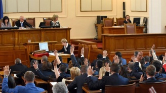 Парламентът удължи работното си време