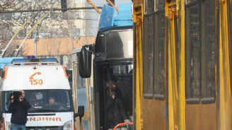 Автобус и тролей се удариха в центъра на София