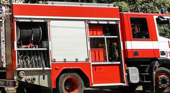 Пожар пламна край автогара Юг в Пловдив, предаде БНР. Пламъците