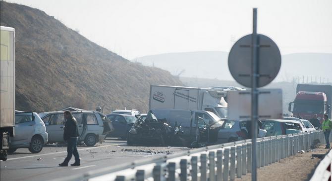 """Две лица, пострадали при верижната катастрофа на автомагистрала """"Струма"""" край"""