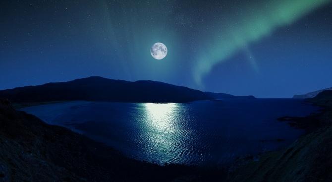 Лунната вода притежава много и различни свойства. Тя успокоява нервите,