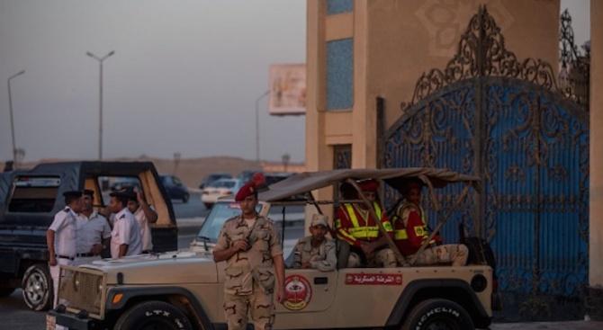 Двама полицаи загинаха при взрив на бомба в Кайро
