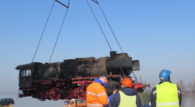 Огромен парен локомотив пристигна от Виена за реставрация в България (снимки)