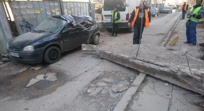 Бетонен къс премаза кола в София
