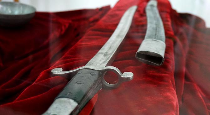 Снимка: Сабя на Ботев и нож на Левски в изложба по повод 3-ти март в Бургас