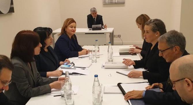 Снимка: Министър Петкова разговаря със Сандра Удкирк от Държавния департамент на САЩ