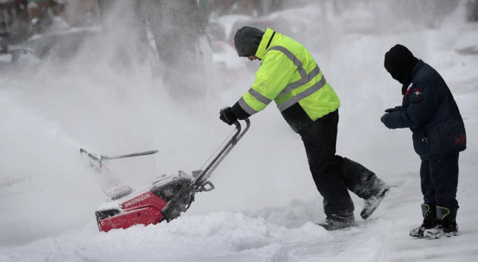 Снежна буря връхлетя централните и източните щати на САЩ, проливни дъждове се изсипаха в южните