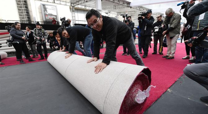Холивуд буквално постла червения килим, по който минават кинозвездите, в
