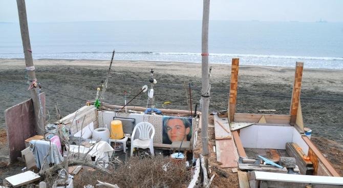Снимка: Пенсионери си направиха бивак за отдих на бургаския плаж